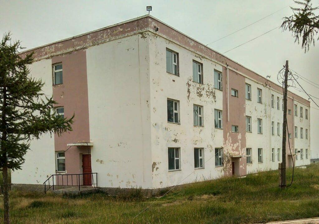 Budova internátu učiliště TVET Erdene před realizací zateplení.